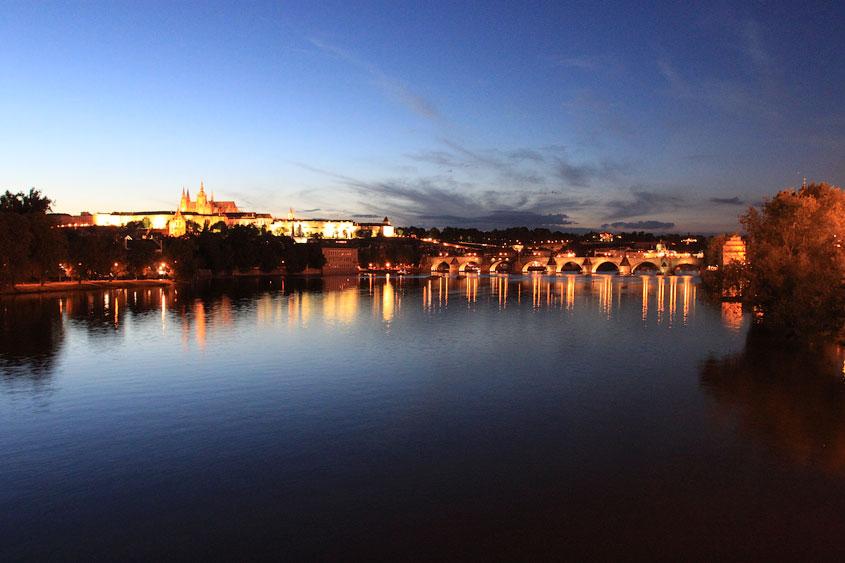 Вид на Влтаву и Пражский град вечером