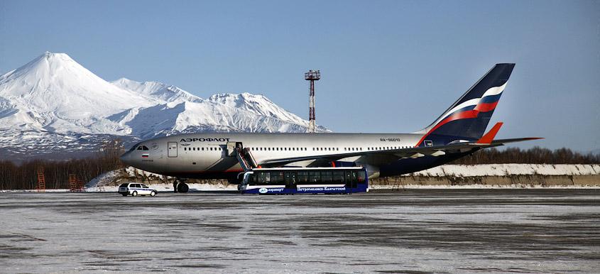 ИЛ96 Аэрофлота в аэропорту Петропавловска-Камчатского (Елизово), вулканы