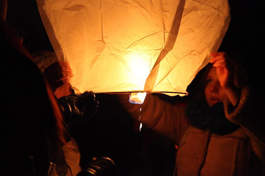 Запуск лампионов (китайских фонариков) в Праге 14 февраля 2012