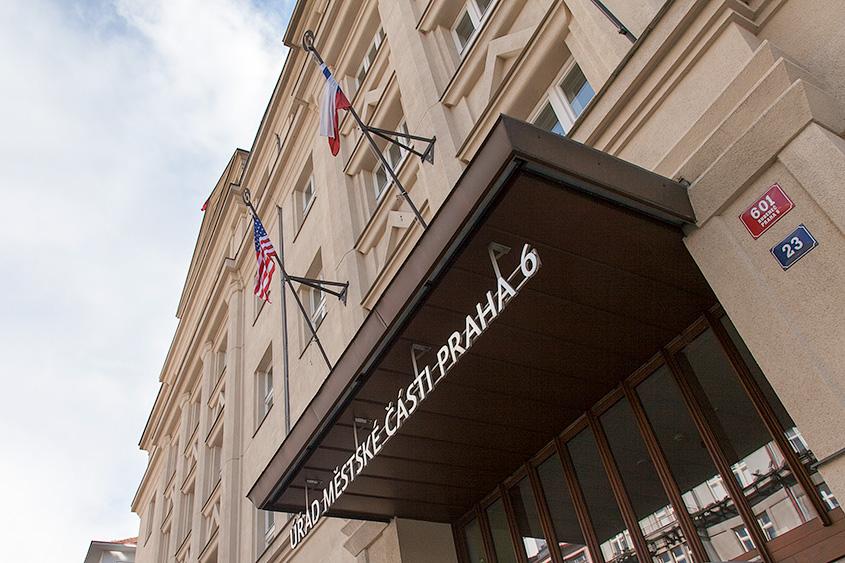 Американский флаг на администрации Праги 6 / Americká vlajka na úřadě městské části Prahy 6